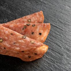 Pfeffersalami geschnitten